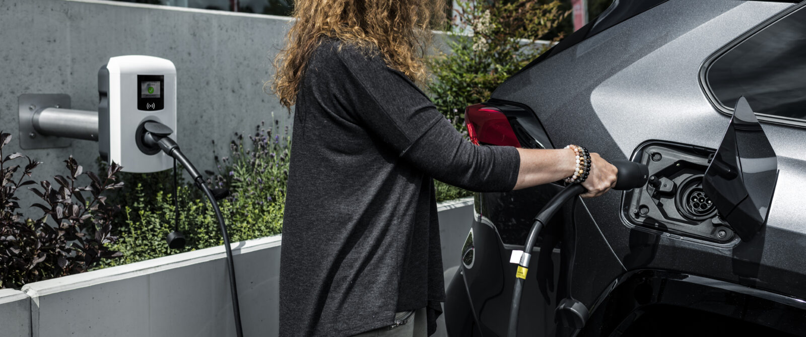 Quais as vantagens de carregar um veículo eléctrico ou um híbrido plug-in numa wallbox